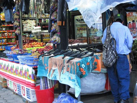 Gemüseladen und Telefongeschäft auf Antiguas riesigem Markt.