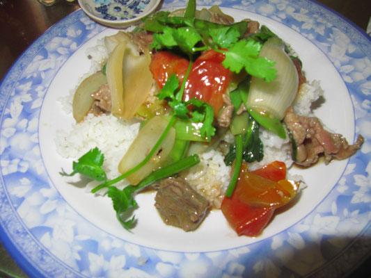 Gebratenes Rindfleisch mt Gemüse auf Reis.