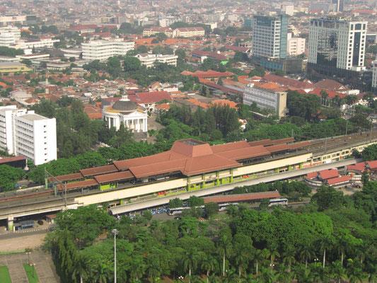 Der Bahnhof Gambir. (Blick vom Monas)