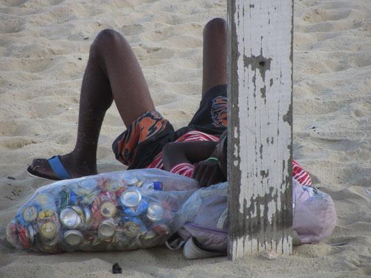 Für viele ist der Strand ausschließlich Arbeitsplatz. Ein Dosensammler nickt in der Hitze.
