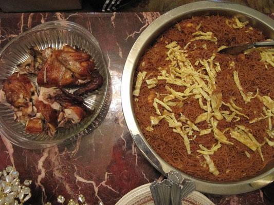 Die Frau unseres neuen Gastgebers in Bruneis Hauptstadt BSB verwöhnte uns direkt nach unserer Ankunft mit gebratenen Nudeln und gegrilltem Hühnchen.