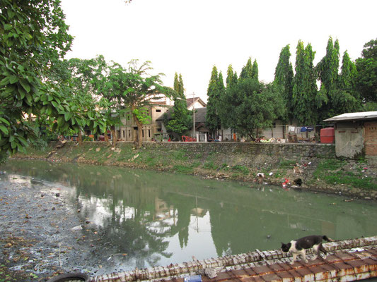Ein typischer Kanal in Jakarta.