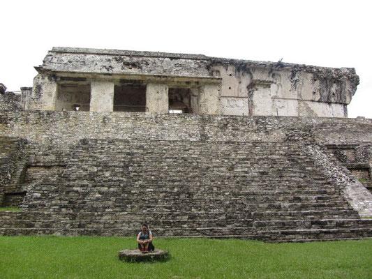 Chihi auf einem Altar (?) vor dem Palast.