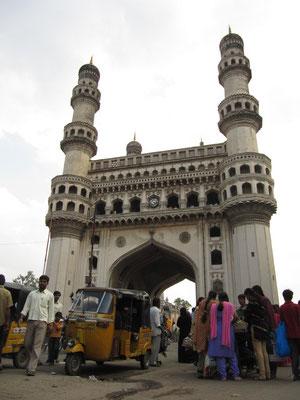 Charminar - Wahrzeichen der Stadt. Erbaut 1591 von Mohammed Quli Qutb um die Gründung Hyderabads und das Ende der Epidemie in Golconda (damalige Hauptstadt) zu statuieren.