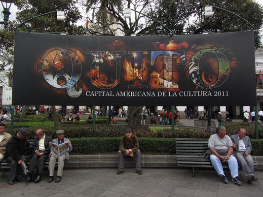 Quito wurde zur Kulturhauptstadt der Americas 2011 ausgezeichnet. (Plakat auf dem Plaza Grande)