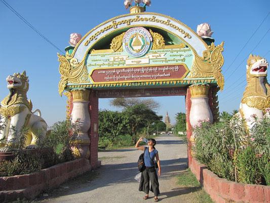 Eingangstor zum Mya Kyauk Kyaung Kloster. Das mineralhaltige Wasser dort schmeckt , ist umsonst und verspricht Linderung bei jedem erdenklichen Schmerz.