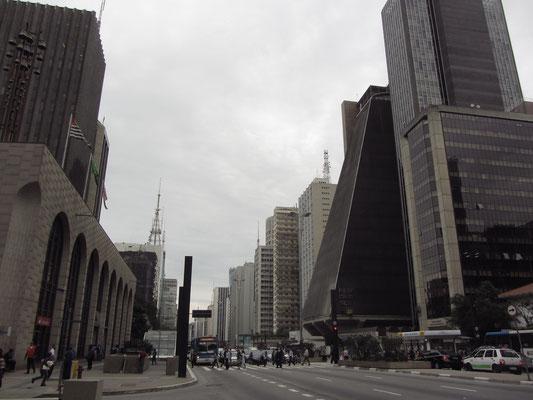 Die Avenida Paulista ist einer der wichtigsten Straßen der Stadt. Sie ist knapp 3 Kilometer lang und liegt auf einem langgestreckten Hügelzug zwischen den Quartieren Bela Vista und Jardim Paulista südwestlich des Zentrums.