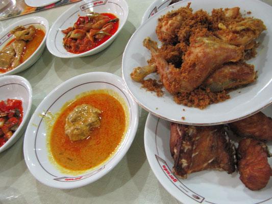 Makanan Pandang. Traditionell werden die ausgesuchten Speisen mit verschiedenen Soßen auf den Tisch gestellt. Berechnet wird nur das, was gegessen wird.