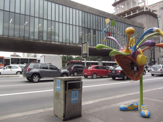 Individualisierte Telefonzelle vor dem Museu de Arte de São Paulo (MASP), das die bedeutendste Kunstsammlung Südamerikas besitzt.