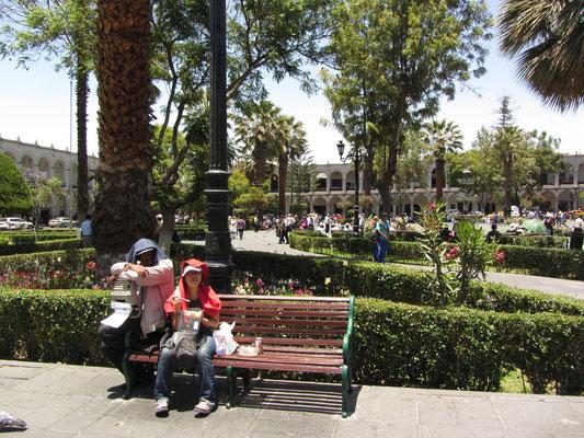 Mittagsessen aus dem Supermarkt auf dem Plaza de Armas. Wir mussten uns vor der Sonne schützen.