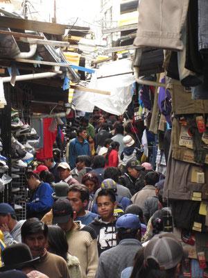 Rucksack stets vorne tragen. Die überfüllten Märkte und engen Straßen sind bei Taschendieben sehr beliebt.