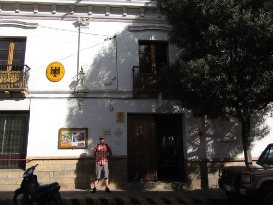 Das Deutsche Honorarkonsulat teilt sich ein Gebäude mit dem Kulturcafe Berlin und einem deutsch-bolivinischen Kulturzentrum.