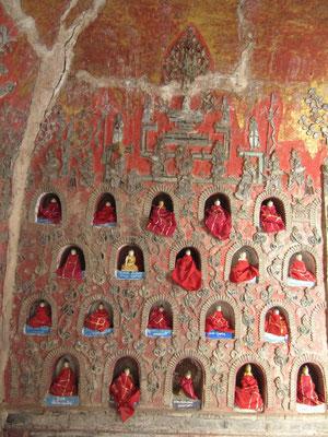 Jeder Gast darf sich eine Statue inklusive Nische kaufen, um sich dort mit seinem Namen zu verewigen. (Shwe-Yan-Pyae-Pagode)