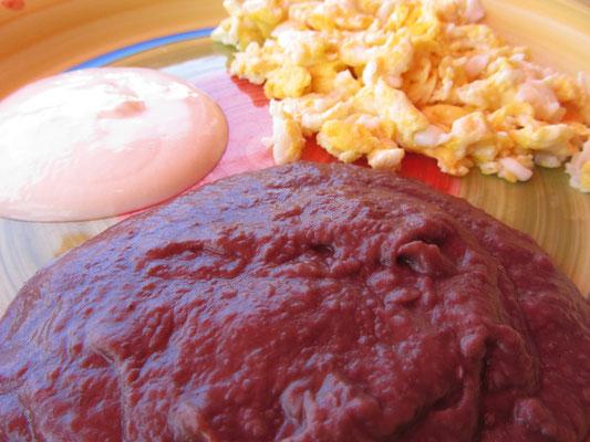 Rührei, Sauerrahm und Bohnenmus. Das Klassiker-Frühstück in Honduras.