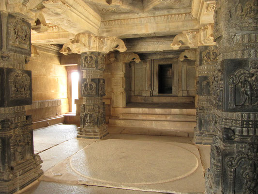 Im Inneren des Hajari-Rama-Tempels.
