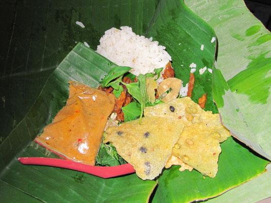 Snack im Zug von einem Verkäufer am Bahngleis erstanden. Gemischter indonesischer Salat mit Tempe-Crackern und Reis.