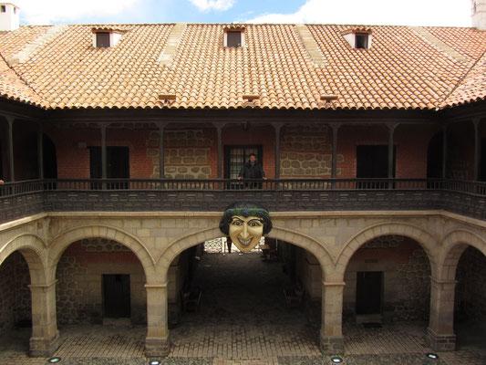 Wegen des Silberabbaus am Berg Cerro Rico und des schnellen Wachstums des spanischen Kolonialreichs im 16. Jahrhundert entstand in der Stadt Bedarf nach einer Münzprägeanstalt. 1542 wurde der Prägebetrieb in einem 1. provisorischen Gebäude aufgenommen.