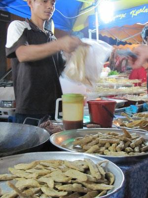 Lekor (frittierte Fischpastenstäbchen).