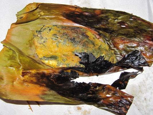 Das essbare Stück Fisch versucht sich auf dem Bananenblatt zu tarnen um dem Verzehr zu entgehen.