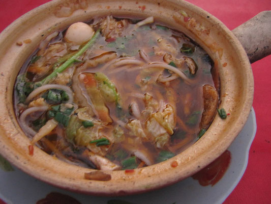 Burmesischer Eintopf im Tontopf serviert. Sehr delikat!