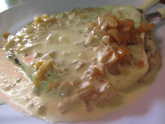 Dessert? Wohl eher Tortillas in einer Käsesahne mit Zwiebeln.