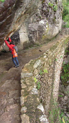 Ziemlich tief der Abhang rechts. Zudem muss Chihi mit beiden Händen die Felswand stabilisieren.