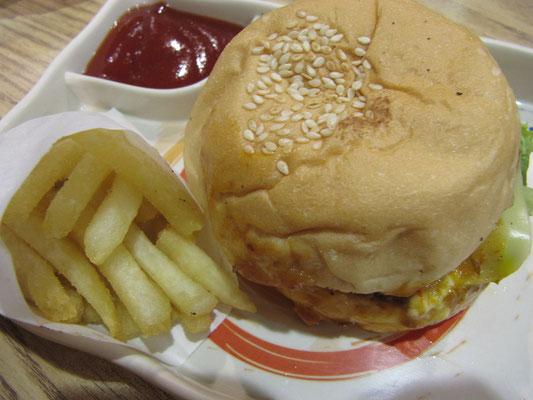 Superburger einer japanischen Burgerkette, die es überhaupt nicht in Japan gibt. Aber japanisch ist cool, auch wenn's gewöhnliche Burger sind, die außer einem japanischen Namen ganz und gar nichts japanisches an sich haben.