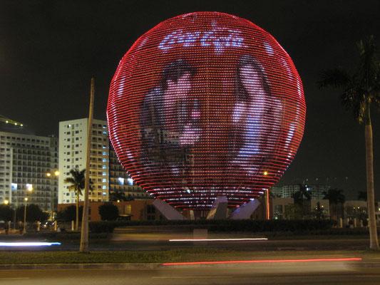 Werbekugel vor dem Mall of Asia. Waaaooooh!