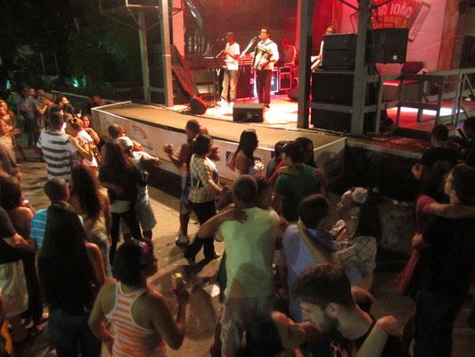 Auf einer Samba-Party mit den Einheimischen. Wir sind ja schließlich nicht zum Spaß machen gekommen. Samba stammt aus Bahia und erfordert daher eine unwissenschaftliche Untersuchung.