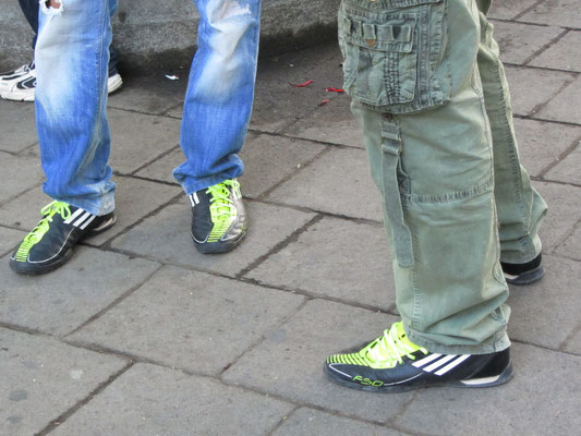 Schrilles Schuhwerk.