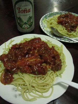 Spaghetti mit Rindfleischgulasch und Toña-Dosenbier.
