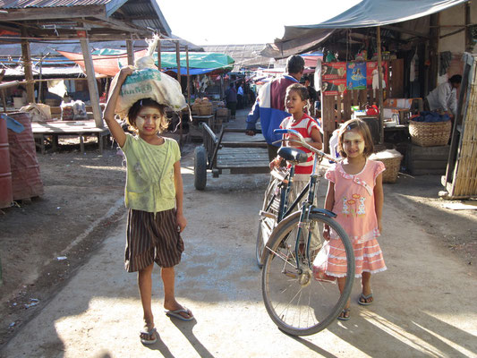 Kinder auf dem Zentralmarkt.