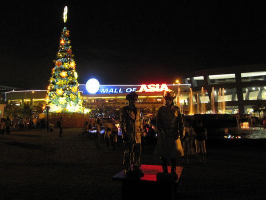 Das Mall of Asia und Weihnachtsschmuck. Natürlich alles sehr groß.