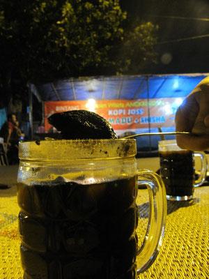 Kopi Joss, der Studenten liebstes Getränk. Eine glühende Grillkohle wird in den heißen Kaffe geworfen. (siehe 'MEIN BLOCK'!)