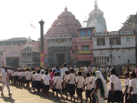 Kinder marschieren zum Jagannath Mandir, der so heilig ist, dass Nicht-Hindus der Eintritt verwehrt bleibt.