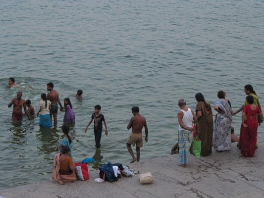 Ein Bad im Ganges soll von Sünden reinigen, in Varanasi zu sterben und verbrannt zu werden soll vor einer Wiedergeburt schützen. Viele baden täglich im vergifteten Wasser des Ganges.