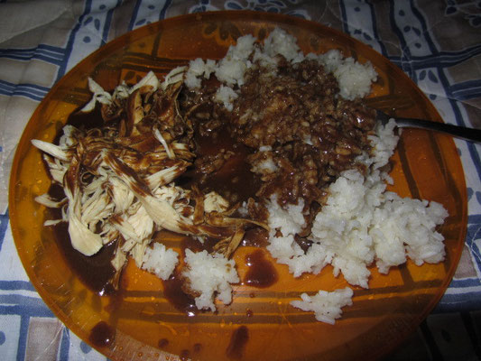 Mole Poblano. Hühnchen, Schokosoße und Reis.
