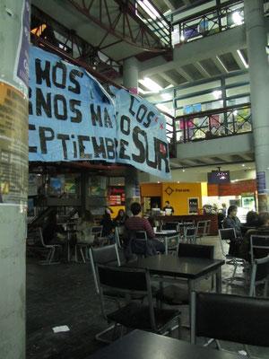 Streiks sind in in den Unis Südamerikas an der Tagesordnung. Zu bemerken ist, dass die Unis in Argentinien im Gegensatz zu ihren Nachbarländern kostenlos sind.