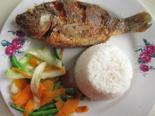 Und schon wieder der bescheuerte frittierte Fisch. Dazu Zimtgemüse. Happy birthday poor Chihi!