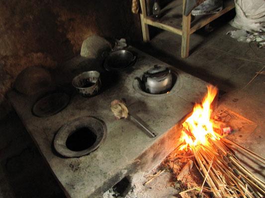 Traditionelle, offene Kochstelle im Elternhaus unseres Gastgebers in seinem Heimatdorf.