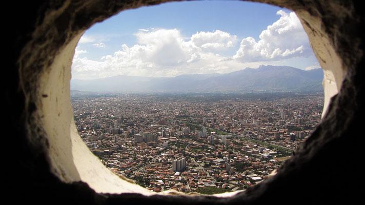 Blick durch ein Fensterloch in der Christusstatue auf Cochabama.