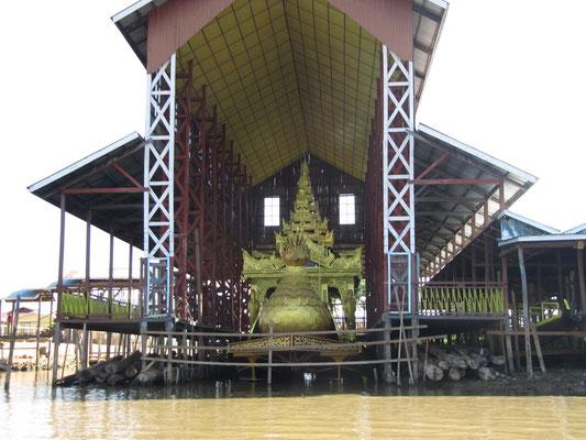 Das Prozessionsboot der Phaung-Daw-Oo-Pagode.