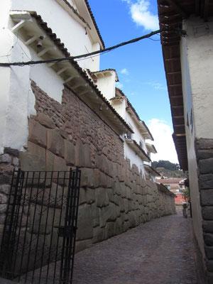 Die schlauen (oder faulen) Spanier bauten auf die stabilen Reste der Inkaachitektur einfach ihre eigene.