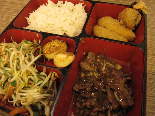 Japanische Bento-Box: Yakiniku (gebratenes Rindfleisch), Reis, gebratenen Sojabohnensprossen, gebratenem Tofu und Frittiertem.
