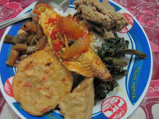 Fisch in Tomate-Tamarind, frittierte Tempe und Gemüsevariationen.