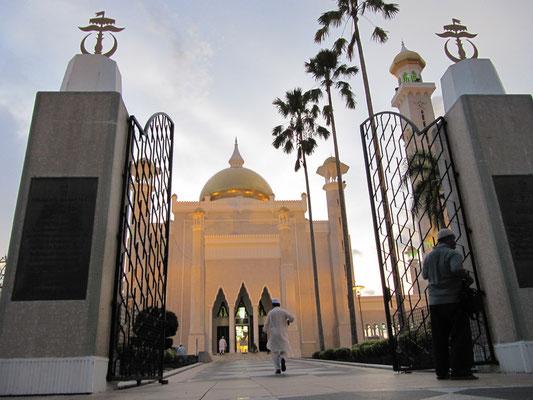 Eingang zur Omar-Ali-Saifuddin-Moschee.