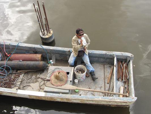 Bauarbeitspause auf dem Wasser.