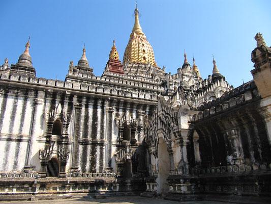 Der Ananda-Tempel (Nr. 2171) ist ein buddhistischer Tempel, der von 1091 bis 1105 in der Regierungszeit von König Kyanzittha errichtet wurde. Er zählt zu den elf größten Bauwerken Bagans. Die Architektur ist von der indischen Architektur beeinflusst.