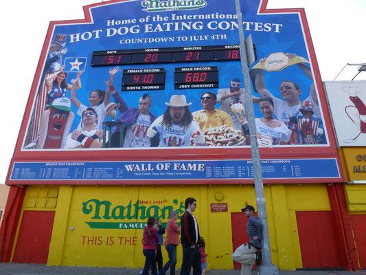 Nathan's - Eine Institution. Nathan Handwerker wanderte 1910 nach Belgien und von dort 1912 weiter nach New York aus. Er machte den Hotdog wirklich groß. Heute findet jährlich das weltbekannte Wettessen hier statt.