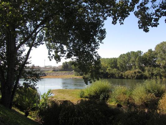 Flussufer am neuen Hotel. Dank des Hotelbaus wurde der Fluß und sein Ufer renaturiert.